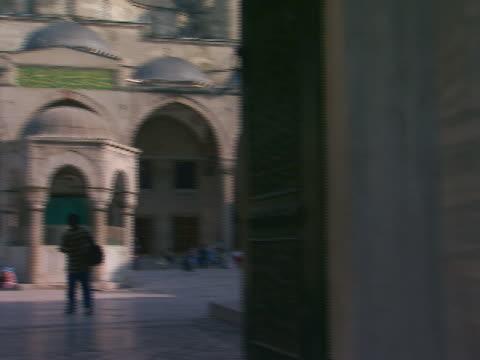 istanbul, turkeyblue mosque exterior through doorway - besichtigung stock-videos und b-roll-filmmaterial