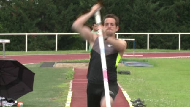 it has been 16 years since a frenchman has won gold in a track and field event at the olympic games this year many are pinning their hopes on pole... - gara sportiva individuale video stock e b–roll