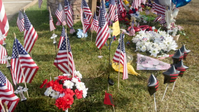 it is the 5th day since the shooting which killed 5 military servicemen in chattanooga tn on july 16 2015 fbi's investigation is still going on and... - monumento commemorativo temporaneo video stock e b–roll