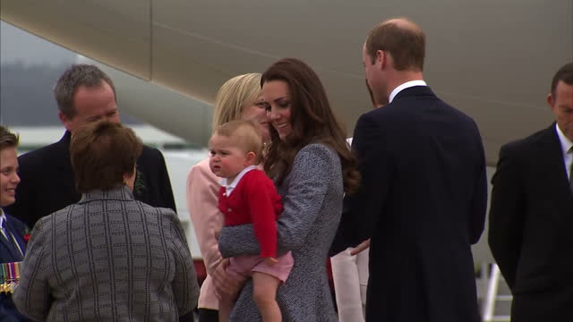 it is the last day of the duke and duchess of cambridge's royal tour of australia and new zealand shows exterior shots of the duke and duchess of... - schlußtag stock-videos und b-roll-filmmaterial