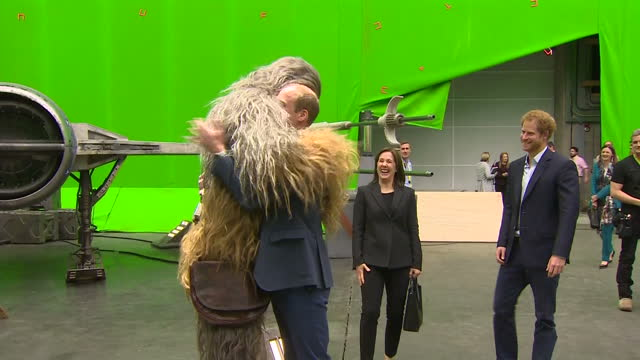 vídeos de stock, filmes e b-roll de it was an up close and personal visit for william and harry who were welcomed to the set with a big hug from chewbacca they also met with some of the... - guerra nas estrelas trabalho conhecido