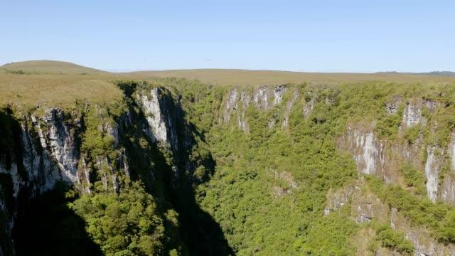 itaimbezinho canyon in cambará do sul, rs, brazil - stato di rio grande do sul video stock e b–roll