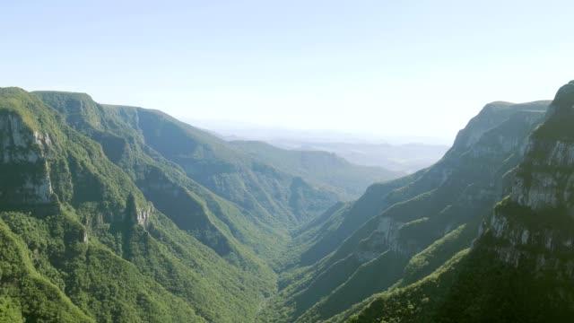 vídeos de stock, filmes e b-roll de cânion de itaimbezinho em cambará do sul, rs, brasil - mountain range