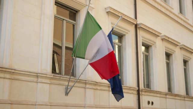 italienische und eu-flaggen - italienische flagge stock-videos und b-roll-filmmaterial