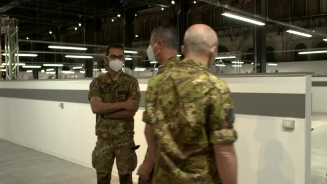 vidéos et rushes de italian army soldiers working at the ogr covid19 hospital on april 18 2020 in turin italy there have been over 150000 reported covid19 cases in italy... - armée de terre