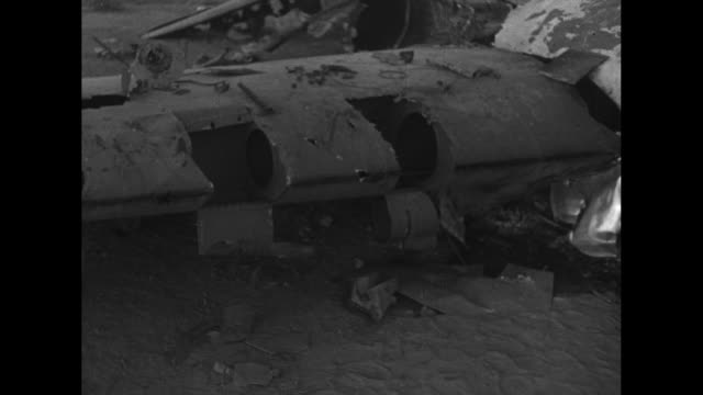vidéos et rushes de italian bomber carrying italian commander-in-chief italo balbo lands on libyan airfield / bomber taxis / closer view of plane / balbo steps out of... - world war ii