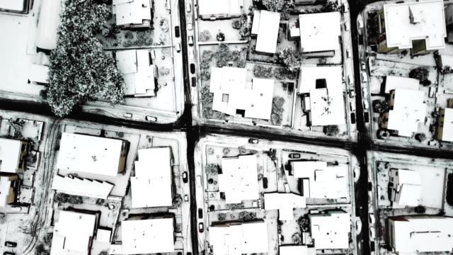 vídeos y material grabado en eventos de stock de vista aérea de la ciudad italiana sobre la nieve - ir marcha atrás