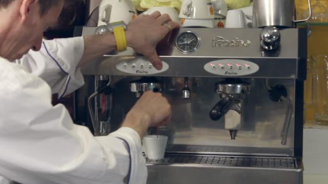 vidéos et rushes de ms of italian espresso coffee being made. - un seul homme d'âge moyen