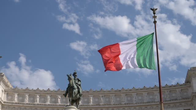 italian flag and altar of the fatherland, rome - real time stock-videos und b-roll-filmmaterial