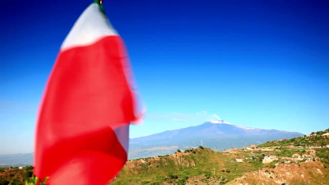 bandiera italiana e il monte etna. - inquadratura fissa video stock e b–roll