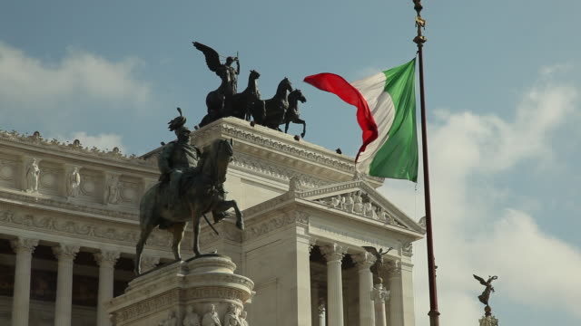 ws la italian flag and statues of monument to vittorio emanuele ii / rome, italy - bandiera video stock e b–roll