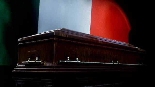 vídeos de stock, filmes e b-roll de bandeira italiana atrás do caixão - bali