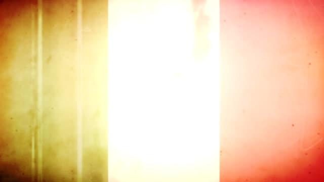 vídeos de stock e filmes b-roll de bandeira da itália-grunge retro velho filme loop com áudio - fuga de luz