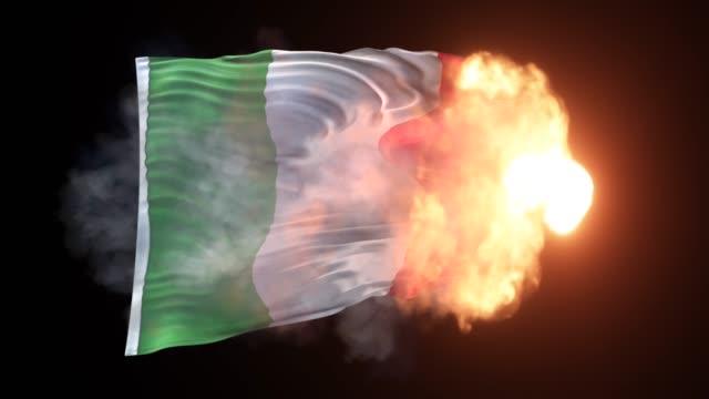イタリア国旗は4k解像度で黒い背景に炎と波に登場しています - イタリア国旗点の映像素材/bロール