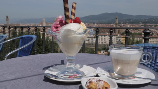 italian ice cream & city skyline from piazzale michelangelo, florence, tuscany, italy, europe - サンデー点の映像素材/bロール