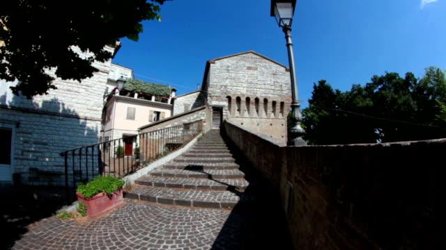 vidéos et rushes de château médiéval italien - lieu de culte