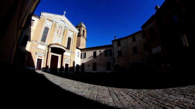 vidéos et rushes de italien église médiévale, panoramique ou un mouvement de caméra inclinable - lieu de culte