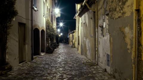 italian medieval city street night - 路地点の映像素材/bロール