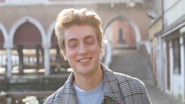 millennial italiano in mattinata a venezia - italia - capelli biondi video stock e b–roll
