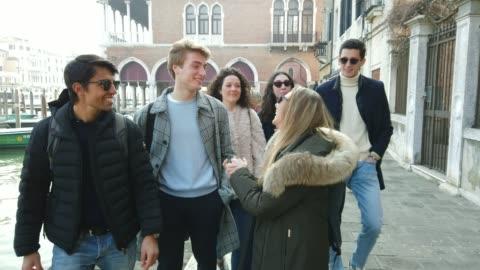 italienska millennials studenter i venedig-italien - student bildbanksvideor och videomaterial från bakom kulisserna