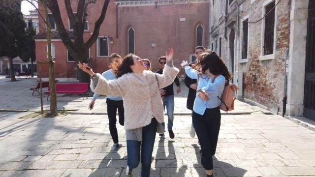 italienische millennials-studenten in venedig-italien - italienischer abstammung stock-videos und b-roll-filmmaterial