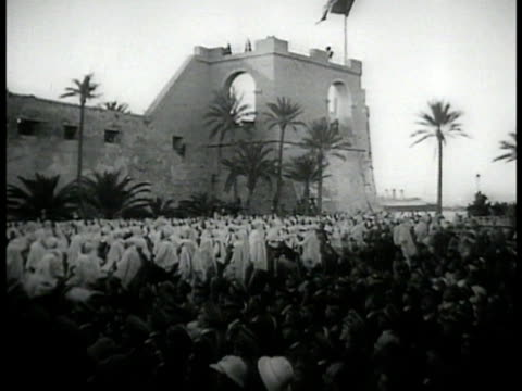 stockvideo's en b-roll-footage met italian mussolini flag ws libyans raising hands in crowd libya ms prime minister dictator of italy benito mussolini raising sword - benito mussolini