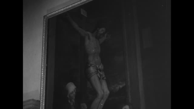 [vo italian narration throughout] close shot of statue in museum / italy's king victor emmanuel iii and others enter room filled with paintings and... - florence italy stock videos & royalty-free footage