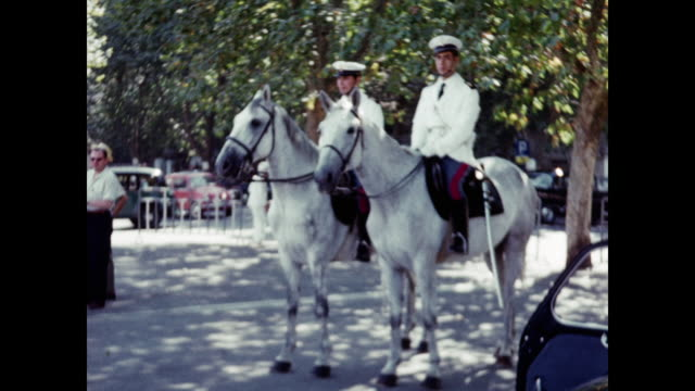 vidéos et rushes de 1960 italian police officers on horse - rome, italy home movie - 1960
