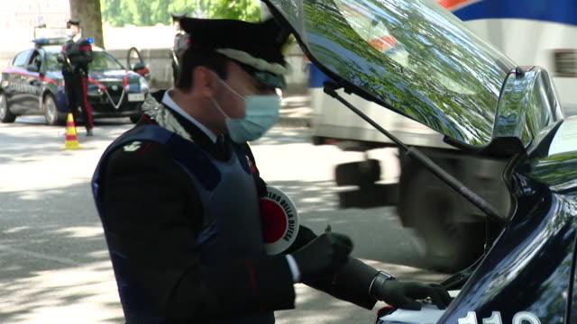 """italian police stopping cars for spot checks in rome during coronavirus lockdown - """"bbc news"""" video stock e b–roll"""