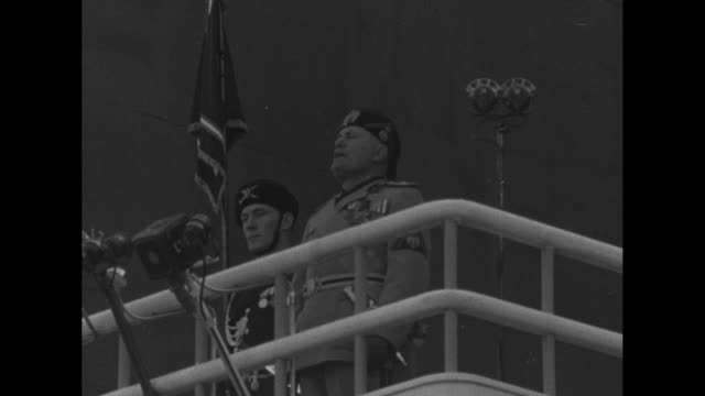 ms italian prime minister benito mussolini gives speech from balcony guard at his side / wspan huge crowds waving italian flags during fascist rally... - benito mussolini bildbanksvideor och videomaterial från bakom kulisserna