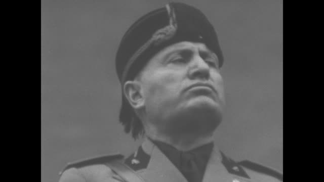 vidéos et rushes de italian prime minister benito mussolini speaks passionately and shakes his fist / note: exact day not known - benito mussolini