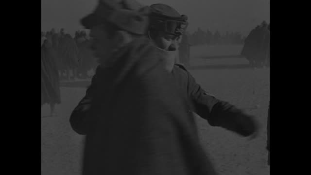 vídeos y material grabado en eventos de stock de vs italian prisoners guarded by british soldiers on beach near bardia / prisoners in open train cars / overhead view of prisoners in train cars... - preso