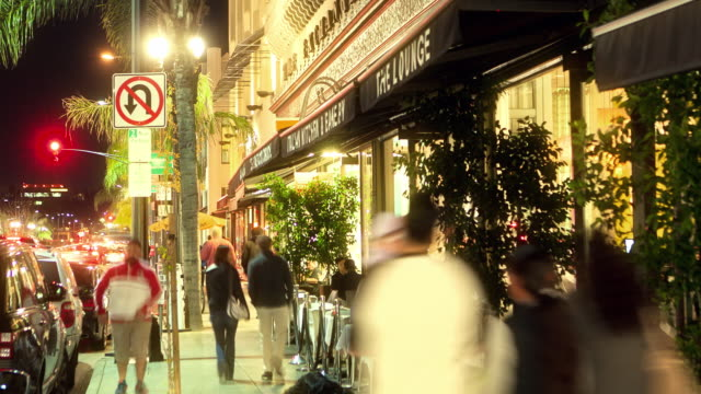 stockvideo's en b-roll-footage met ws t/l italian restaurant with sidewalk dining in historic old town on a busy weekend night - druk spanning