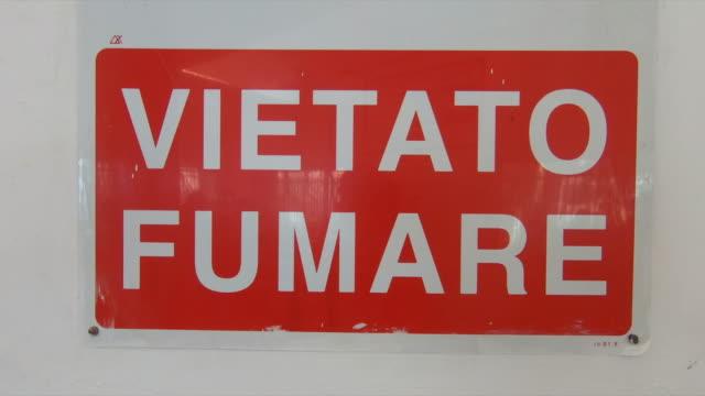 italian sign for no smoking, vietato fumare, in capri island, italy, europe. - slow motion - no smoking sign stock videos & royalty-free footage