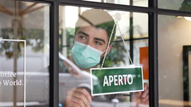 apertura di piccole imprese italiane durante la pandemia di covid-19 - caucasico video stock e b–roll