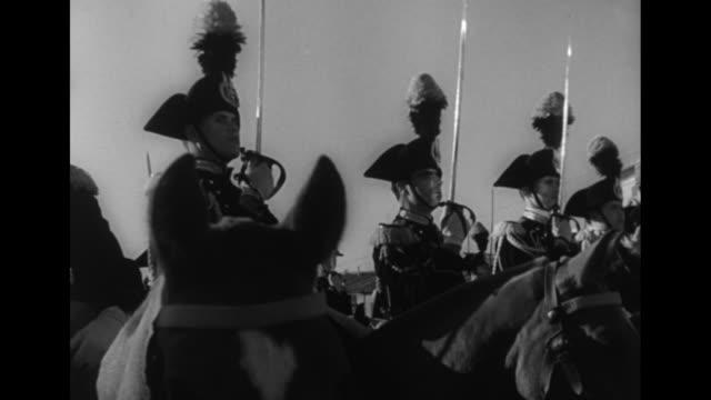 vídeos de stock, filmes e b-roll de ms italian soldiers in dress uniform stand next to quirinal presidential palace / italian cavalrymen raise and lower swords / cu cavalry with swords... - filipino