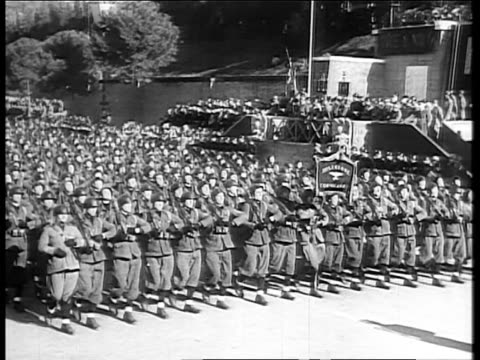 vidéos et rushes de italian troops marching in military parade / benito mussolini in uniform giving speech / huge crowd cheering in piazza during fascist rally italian... - 1935