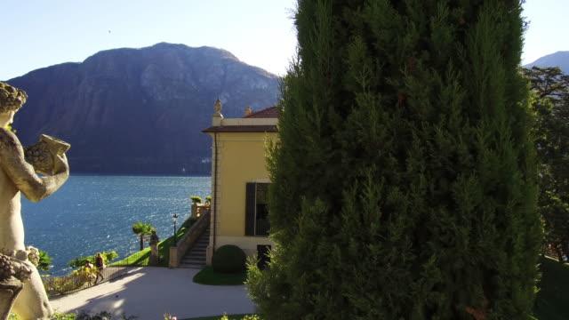 vídeos de stock, filmes e b-roll de italian villa and gardens on lake como - figura feminina