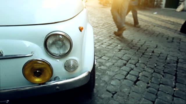italiano classico vintage auto e persone - stile retrò video stock e b–roll