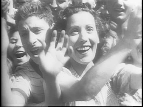 italians across the city applaud and cheer allied troops / thousands in the streets of rome / italian woman kisses a soldier / several people hold... - allierade styrkor bildbanksvideor och videomaterial från bakom kulisserna