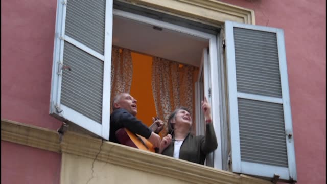 italians are beating the social isolation imposed by the country's coronavirus lockdown by taking to their windows and singing in unison with videos... - quarantena video stock e b–roll