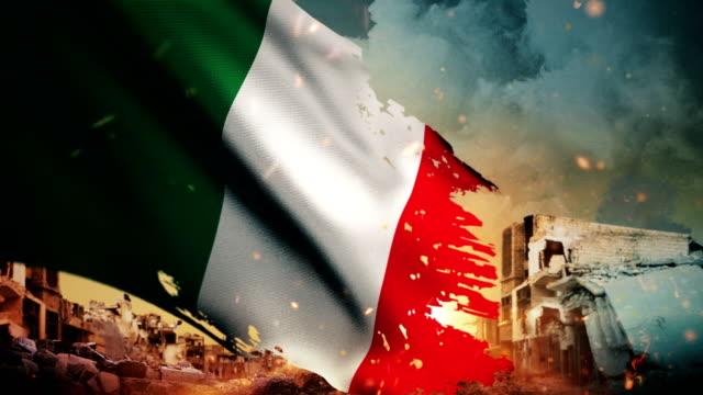 4k italien flagge - krise / krieg / feuer (loop) - italienische flagge stock-videos und b-roll-filmmaterial