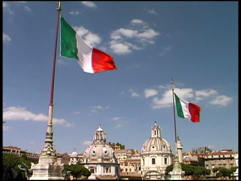 ローマの街並みの上にイタリア国旗 - ラツィオ州点の映像素材/bロール