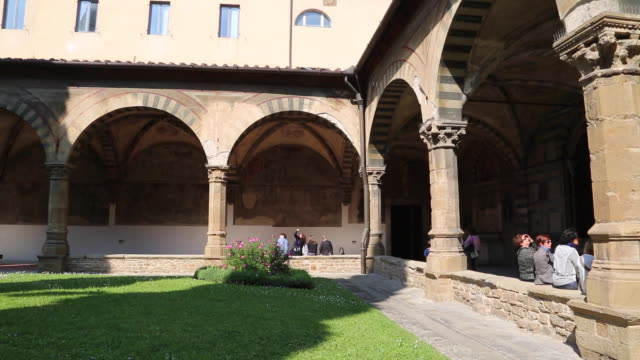italy, florence, basilica of santa maria novella - green cloister - toscana bildbanksvideor och videomaterial från bakom kulisserna