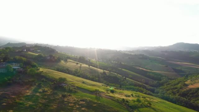 vista aerea paesaggio italia - marche - valle video stock e b–roll