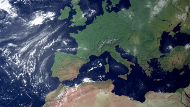 イタリアが現れた後、大地をズーム(アルファマット) - 地中海点の映像素材/bロール