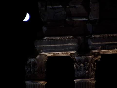 vídeos y material grabado en eventos de stock de cu, italy, rome, crescent moon and piece of ancient stone work at night - entabladura