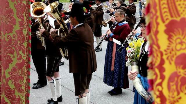 italy, schnalstal, senales valley, parade of the brass band in traditional tyrolean costumes - ブラスバンド点の映像素材/bロール