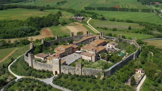 vidéos et rushes de italy, tuscany, val d'elsa, monteriggioni. aerial view of the circular walled fortified historic village - toscane