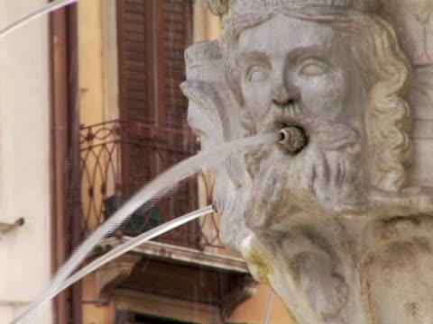 vídeos de stock, filmes e b-roll de cu, italy, verona, fountain on piazza delle erbe - figura masculina